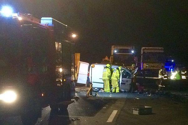 Un conducteur qui roulait à contresens sur l'A6, en en Saône-et-Loire, à hauteur de la commune de Charnay-lès-Mâcon, a provoqué un accident mortel dans la soirée du jeudi 23 avril 2015.