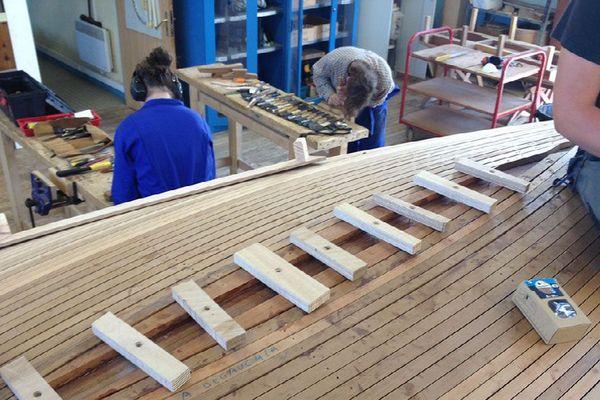 """Les étudiants en charpente maritime à l'oeuvre sur un """"Loctudy"""""""