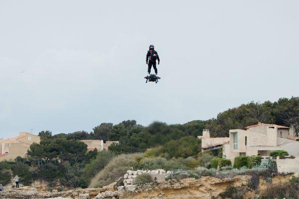 Francky Zapata a l'entraînement sur son Flyboard sur le littoral de Sausset-les-Pins.