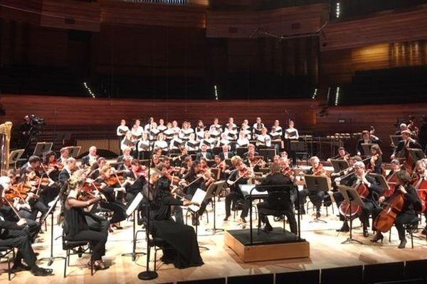 La Maîtrise de Radio France chante avec un orchestre.