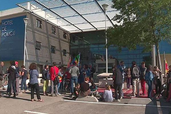 Nîmes - manifestation devant le commissariat pour soutenir 5 lycéens en garde à vue - 14 juin 2018.