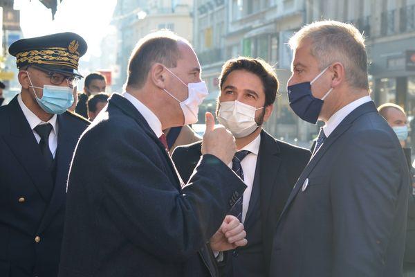 <p>Le maire de Reims Arnaud Robinet avec Jean Castex, Premier ministre de passage à Reims, et le président des vitrines de Reims. Le 28 novembre 2020.&nbsp;</p>