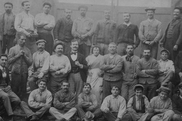 A gauche, assis, Isidore Escalaïs, maître tourneur. La photo a été prise à Alger, peu de temps avant son arrivée en Corse
