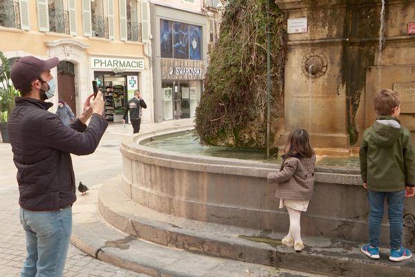 La fontaine de la place Puget à Toulon est devenue une attraction touristique, un oasis autour duquel les passants aiment passer du temps.