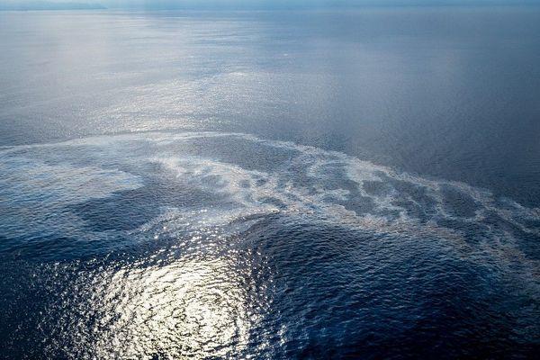 La nappe de pollution causée par la fuite de fuel suite à la collision de deux navires dimanche au nord du Cap Corse s'est étendue,