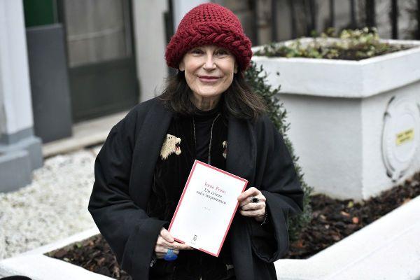 L'écrivaine française Irène Frain lors de la remise du prix littéraire Interallié devant le restaurant fermé Laserre à Paris ce jeudi 3 décembre.