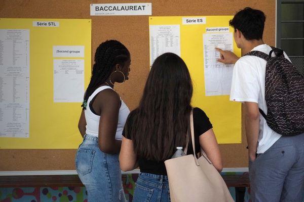 Un étudiant vérifie les résultats de l'examen du baccalauréat en juillet 2019.