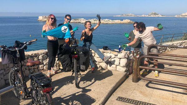 Avant de partir, ses amis Adrien, Shane, Théa et Thaïs l'ont aidé à récolter les premiers déchets de ce projet participatif.