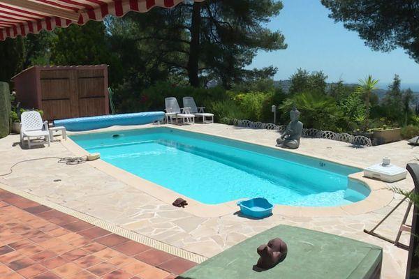 Cette piscine est proposée à la location via un site web.