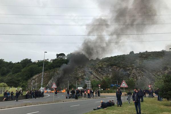 Plus de 200 manifestants se sont installés sur les 3 ronds points à l'entrée du port de Brest, à partir de 6h ce mercredi 30 juin 2021