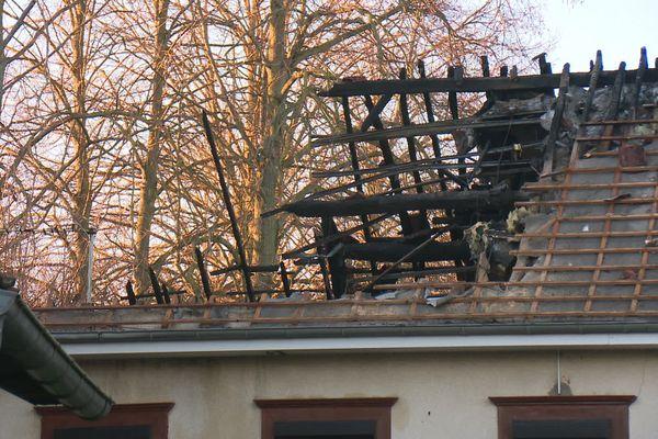 Dimanche 10 janvier, le feu s'est propagé à la toiture de cette maison située à Vauchelles-les-Quesnoy dans la Somme