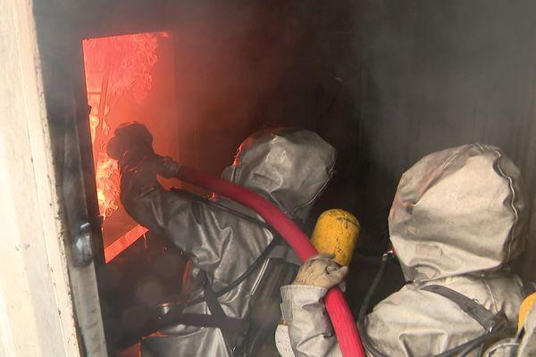Simulation d'incendie dans un conteneur lors d'une formation à la sécurité à bord au lycée de la Mer de Sète