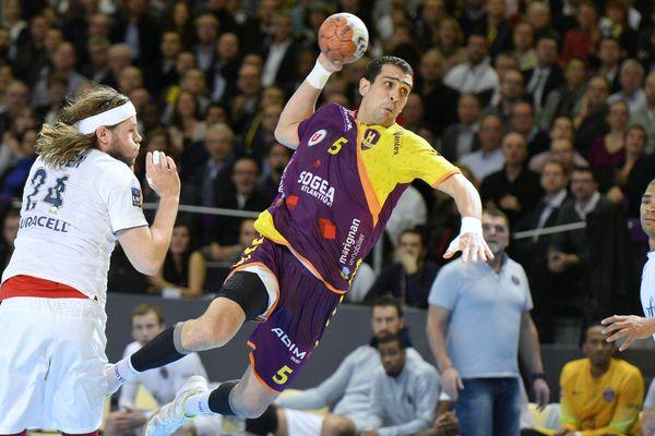 Handball Le HBC Nantes contre Paris. Ici, Gharbi face à Hansen.