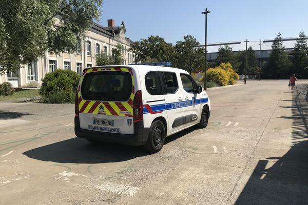 La police municipale effectue des patrouilles du côté du groupe scolaire Aimé Césaire.