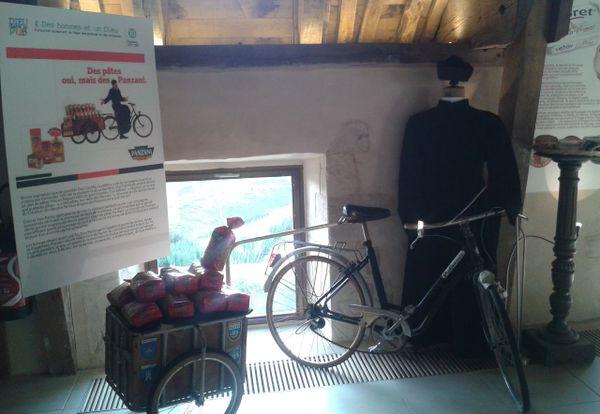 La bicyclette de Don Patillo (et ses pâtes) sont présentées à l'abbaye de Mondaye