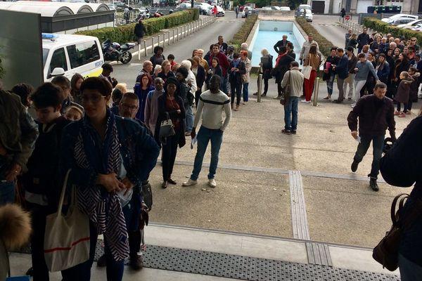 Armés de patience, ces contribuables attendent leur tour devant la cité administrative.