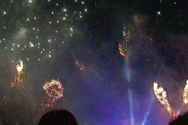 Le feu d'artifice a embrasé le ciel de Limoges