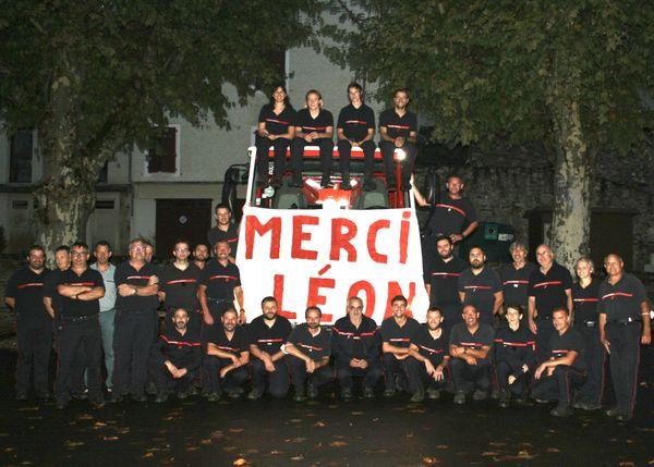 Jean-Claude Fel, ici entouré de ses collègues pompiers volontaires dans le Lot, réunis pour lui rendre hommage.