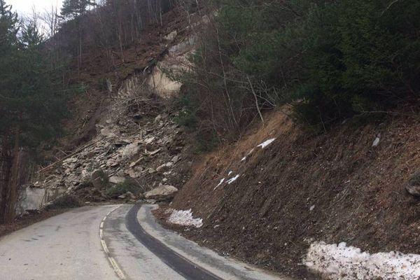 2000 m3 de roches obstruent la D526 qui dessert Oulles, Ornon et Villard-Reymond dans le massif de l'Oisans