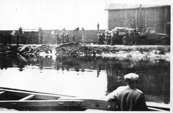 Des soldats allemands évacuant le corps d'Henry Greenshieds dans un camion, après son crash, quai Gustave-Lamarle à Calais, le 16 août 1940.