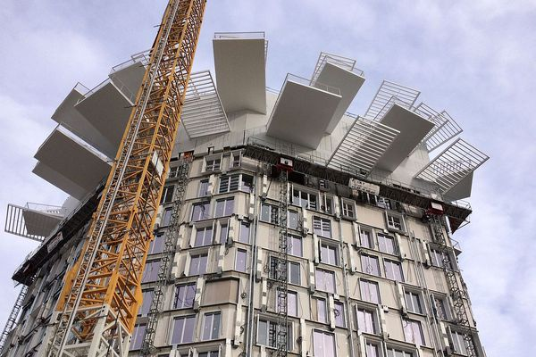 Montpellier - la pose des 193 balcons de l'Arbre blanc et des ombrières a commencé - février 2018.