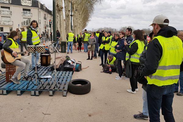 Des gilets jaunes lors d'un rassemblement sur les quai de la Loire, à Orléans, le 2 mars 2019.