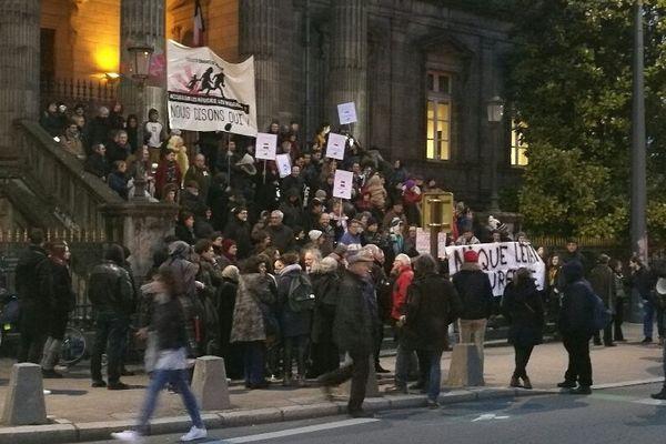 A l'initiative du Collectif Chabatz d'entrar, plusieurs dizaines de manifestants se sont rassemblés, ce jeudi 9 février 2017, devant l'ancien Palais de Justice de Limoges.