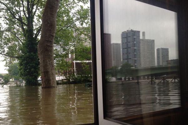 Image saisissante prise d'un logement donnant sur les berges de la Seine, vendredi matin, dans le 16ème arrondissement, à Paris.