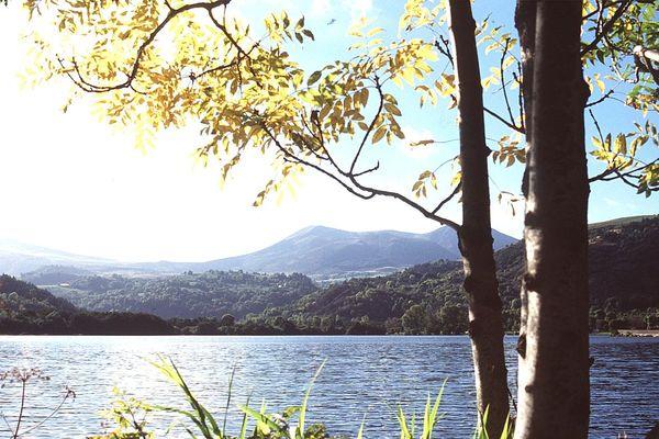 Après une longue balade sur le puy de Sancy, quoi de mieux que piquer une tête au lac Chambon ?