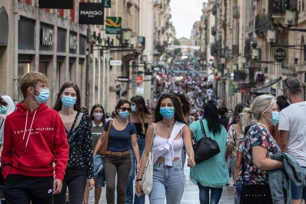 Le port du masque est devenu la norme dans de nombreux lieux publics comme ici dans la rue Sainte Catherine à Bordeaux.