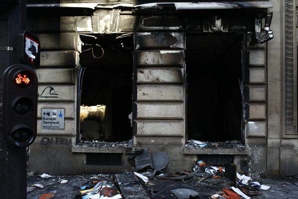 A Paris, samedi 16 mars, la manifestation des Gilets jaunes a été particulièrement violente.