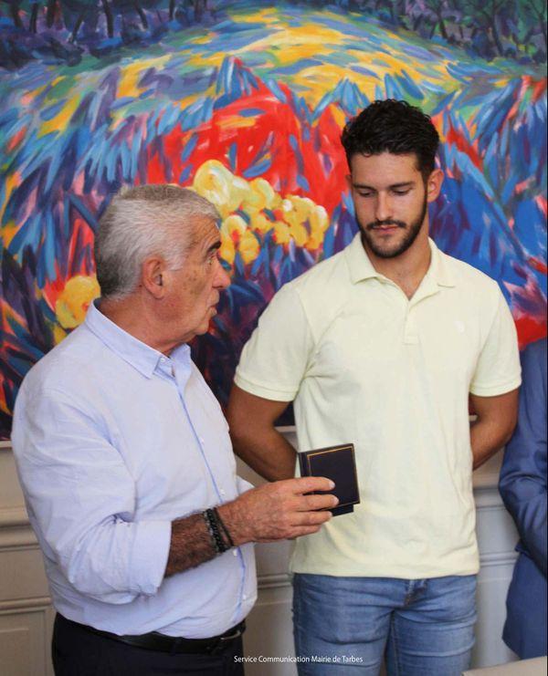 Le maire de Tarbes remet la médaille à Dylan Contreras