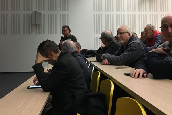 Un photographe indépendant prend la parole pendant le Grand débat organisé à Cesson-Sévigné
