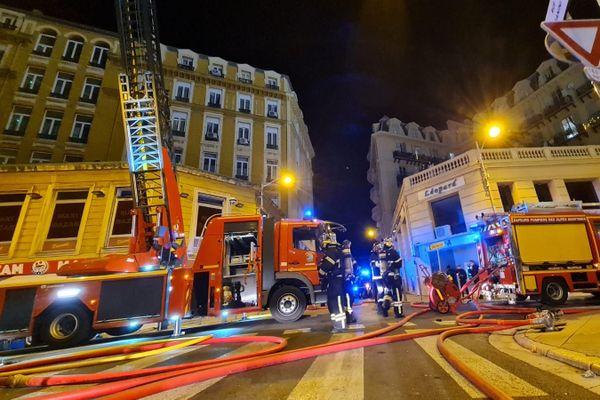 Les pompiers ont quitté les lieux de l'incendie au milieu de la nuit.