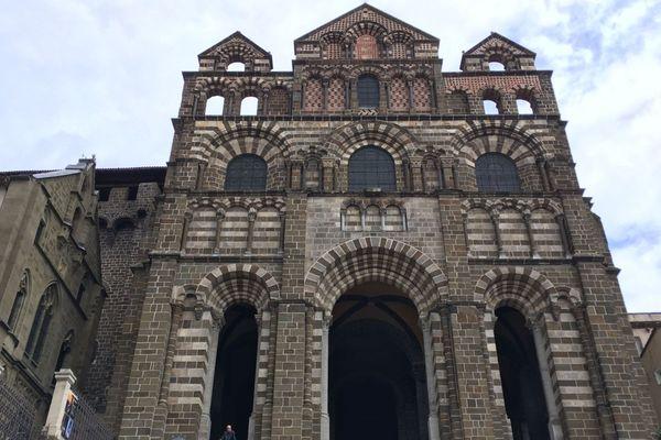 Capteurs, alarmes et exercices réguliers avec les pompiers : la cathédrale du Puy-en-Velay dispose de plusieurs protections contre le risque d'incendie.
