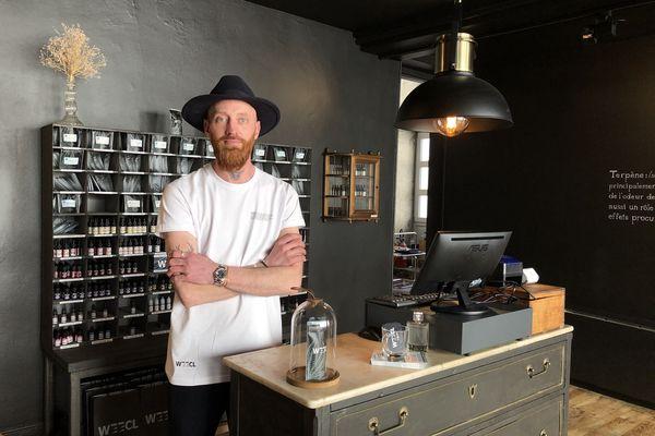 Mathieu Tadajewski, gérant de la nouvelle boutique de CBD Weecl à Dijon.