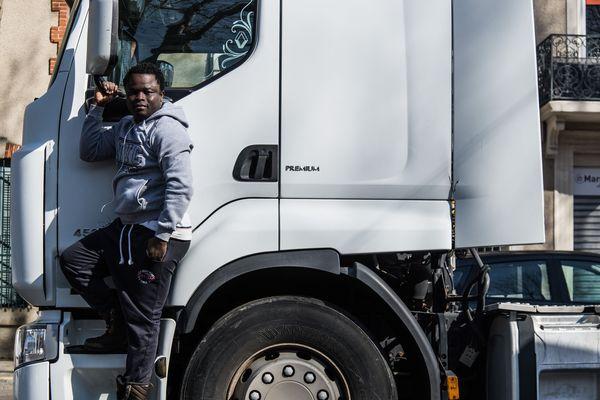 Léo Derivot a immortalisé le rêve de Yakhouba : devenir chauffeur de camion.