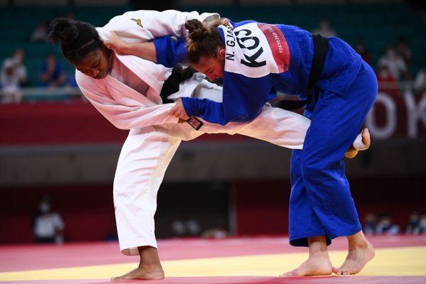 Sarah-Léonie Cysique face à Nora Gjakova lors de la finale de judo -57kg des Jeux olympiques de Tokyo, 26 juillet 2021