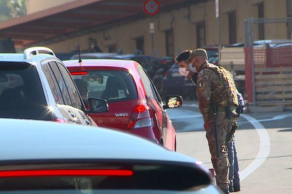 Les carabiniers refoulent les Français qui viennent en Italie pour faire des courses.
