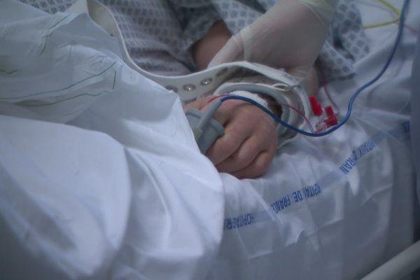 Une infirmière soignant un patient de l'hôpital de Chambéry le soir du Réveillon de Noël.