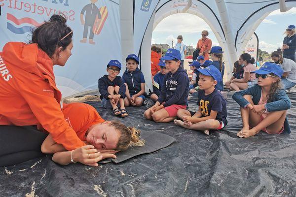 """Sur la plage des Minimes, à La Rochelle, les enfants de 7 à 12 ans viennent apprendre les gestes de premiers secours au cours de l'opération """"Mini sauveteurs""""."""
