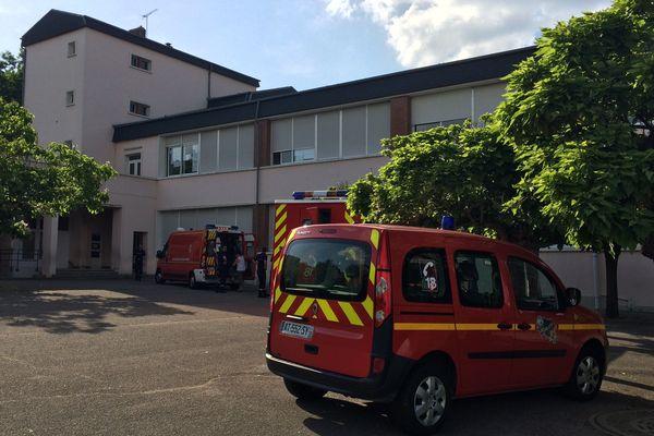 Les sapeurs pompiers de l'Allier ont installé un poste médical avancé dans la cour de l'école Jean Renoir de Montluçon
