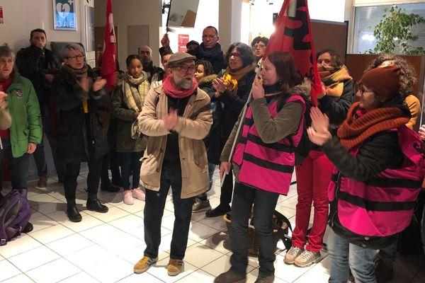 Les grévistes dans les locaux de la DSDEN de Tours, le 13 janvier.