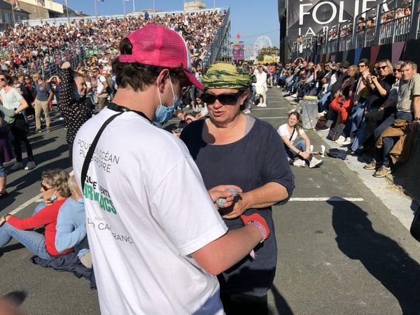 Distribution de cendriers de poche. Le festival des Francofolies cherche à s'inscrire dans une démarche éco-responsable.