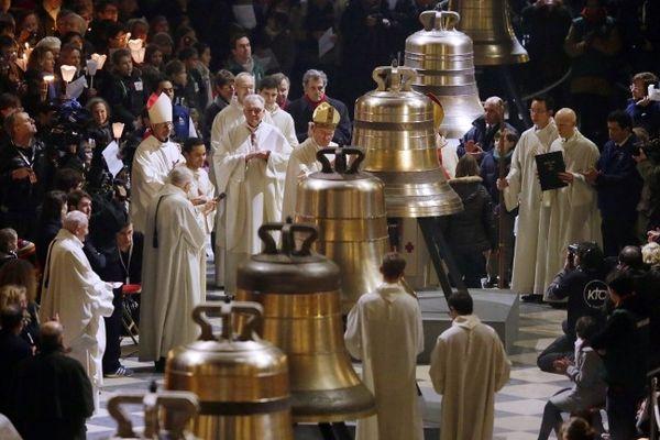 Les neuf nouvelles cloches de Notre-Dame de Paris lors de leur bénédiction.