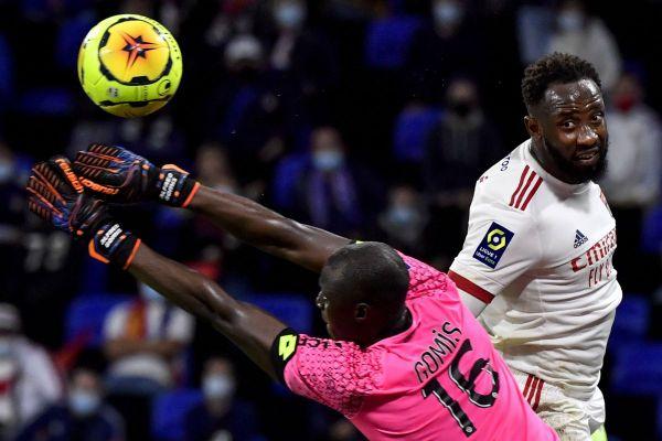 Le gardien dijonnais Alfred Gomis arrête un ballon devant Moussa Dembele (à droite) lors du match de Ligue 1 Lyon-Dijon qui a eu lieu au Groupama Stadium le 28 août 2020.