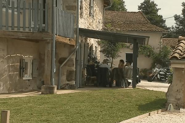 Anthony et Axelle Pocheron ont laissé leur maison de Montreuil pour une autre, à Chazelles-sur-Lyon (Loire).