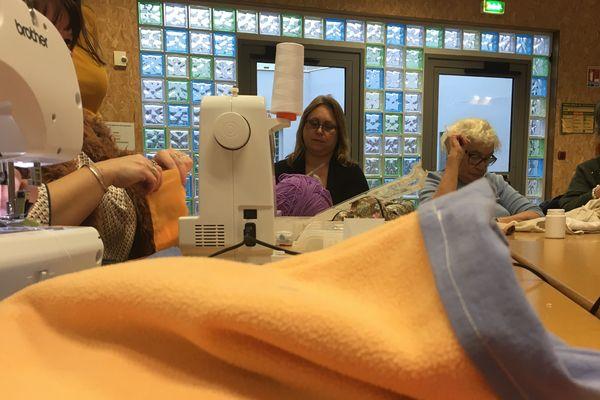les couturières du centre social Maës de Boulogne-sur-Mer confectionnent des poches pour les animaux blessés d'Australie