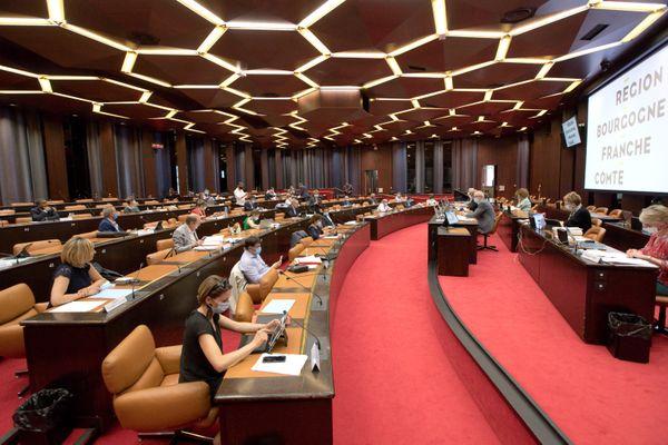 Session restreinte du conseil régional de Bourgogne-Franche-Comté durant le confinement, en avril 2020.