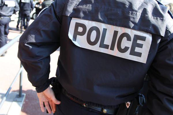 Des policiers sont soupçonnés d'avoir tabassé un homme interpellé quelques minutes plus tôt. Une caméra de surveillance a tout filmé.